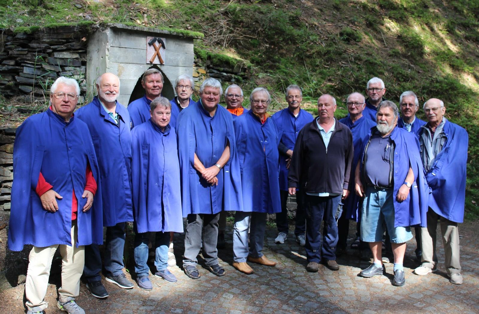 """Gruppenfoto nach der Besichtigung der """"Morassina Grotten"""" in Schmiedefeld (Foto © Anton Hofmann)"""