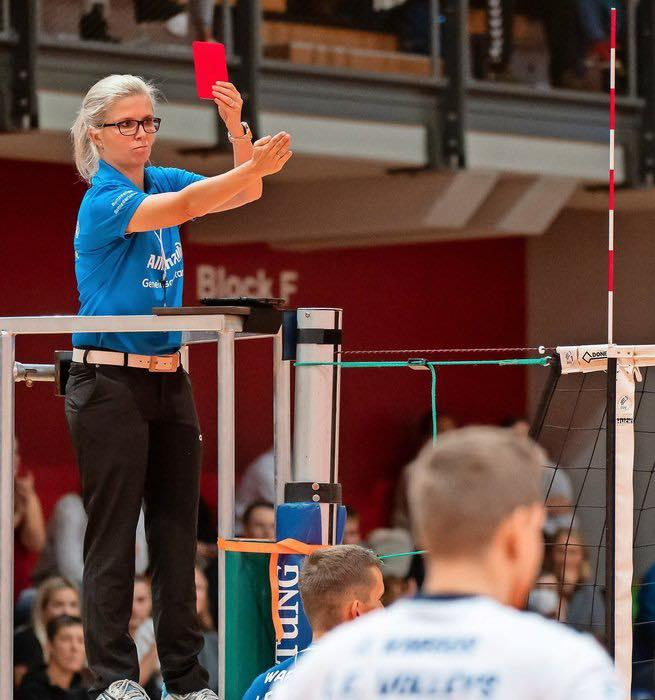 Schiedsrichterin Nicole Zimmermann zückt die Rote Karte gegen den L.E.-Coach.