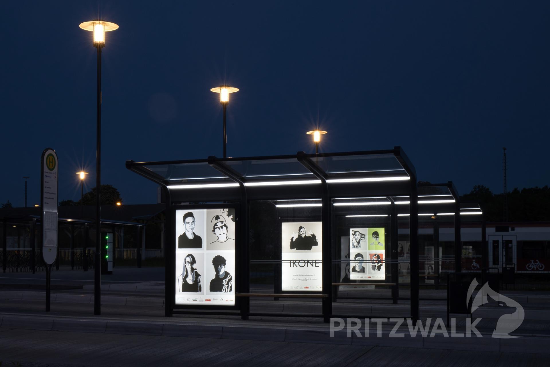In der Nacht wirken die Bilder der Ausstellung Ikone besonders beeindruckend. Foto: Lars Schladitz
