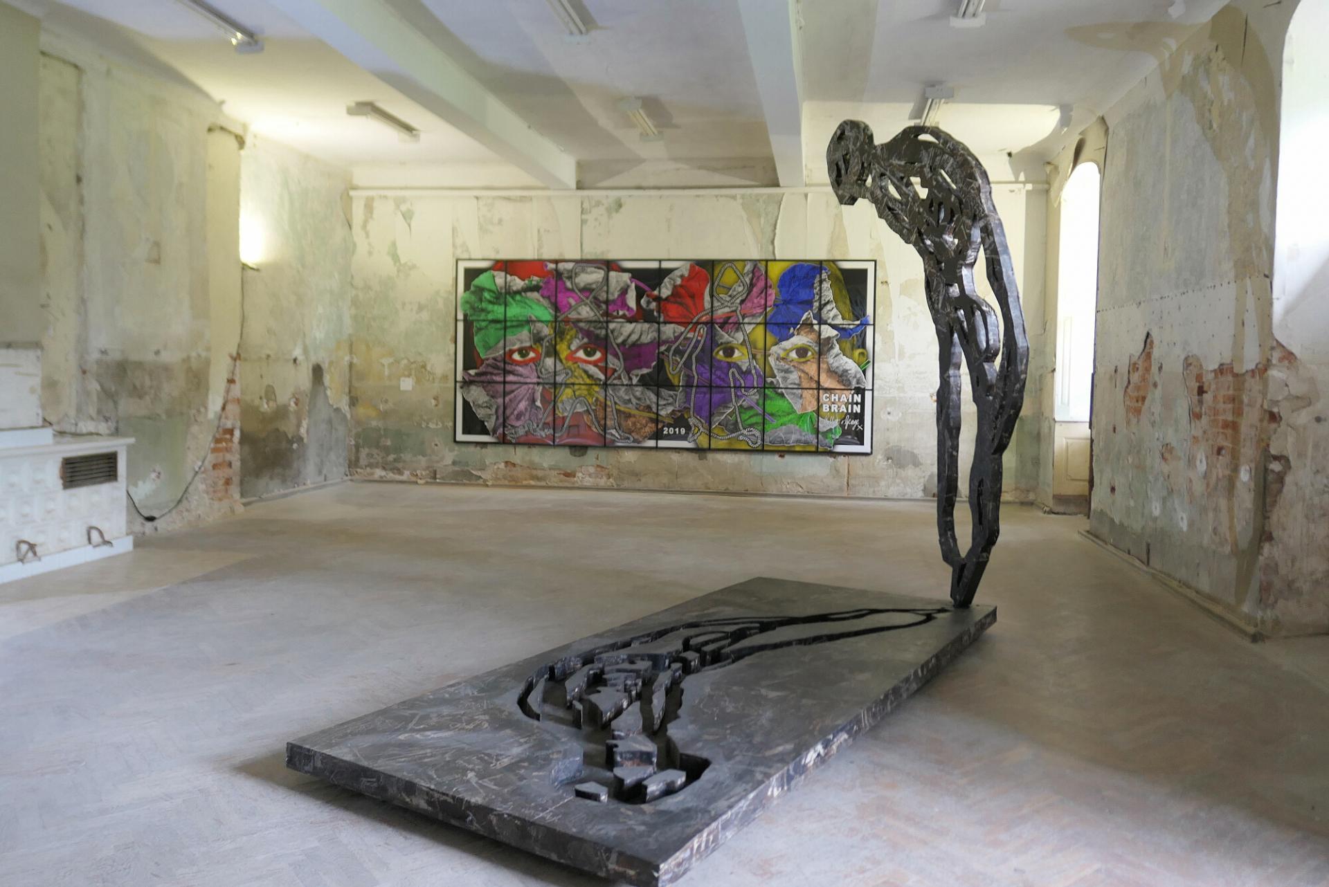"""""""Angst"""" nennt Michael Morgner seine Skulptur, die im ehemaligen Kinosaal zu sehen ist. Im Hintergrund: """"Chain Brain"""" von Gilbert & George, eine Leihgabe aus Wien. Foto: Ingrid Hoberg"""