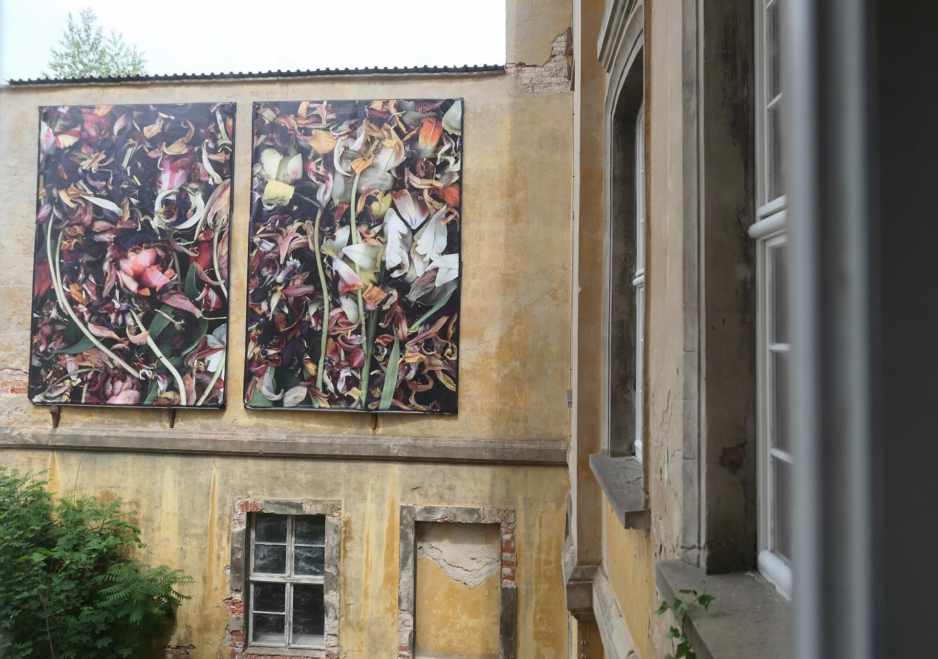 Blick auf eine Arbeit von Luzia Simons aus dem ersten Obergeschoss. Foto: Ingrid Hoberg