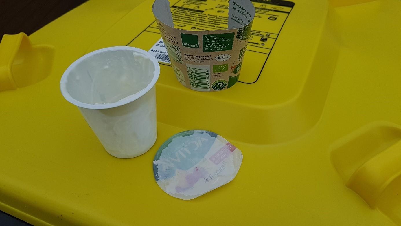 Joghurtbecher und Aluminiumdeckel gehören beide in den Gelben Sack. Aber bitte getrennt voneinander. Foto: AWB