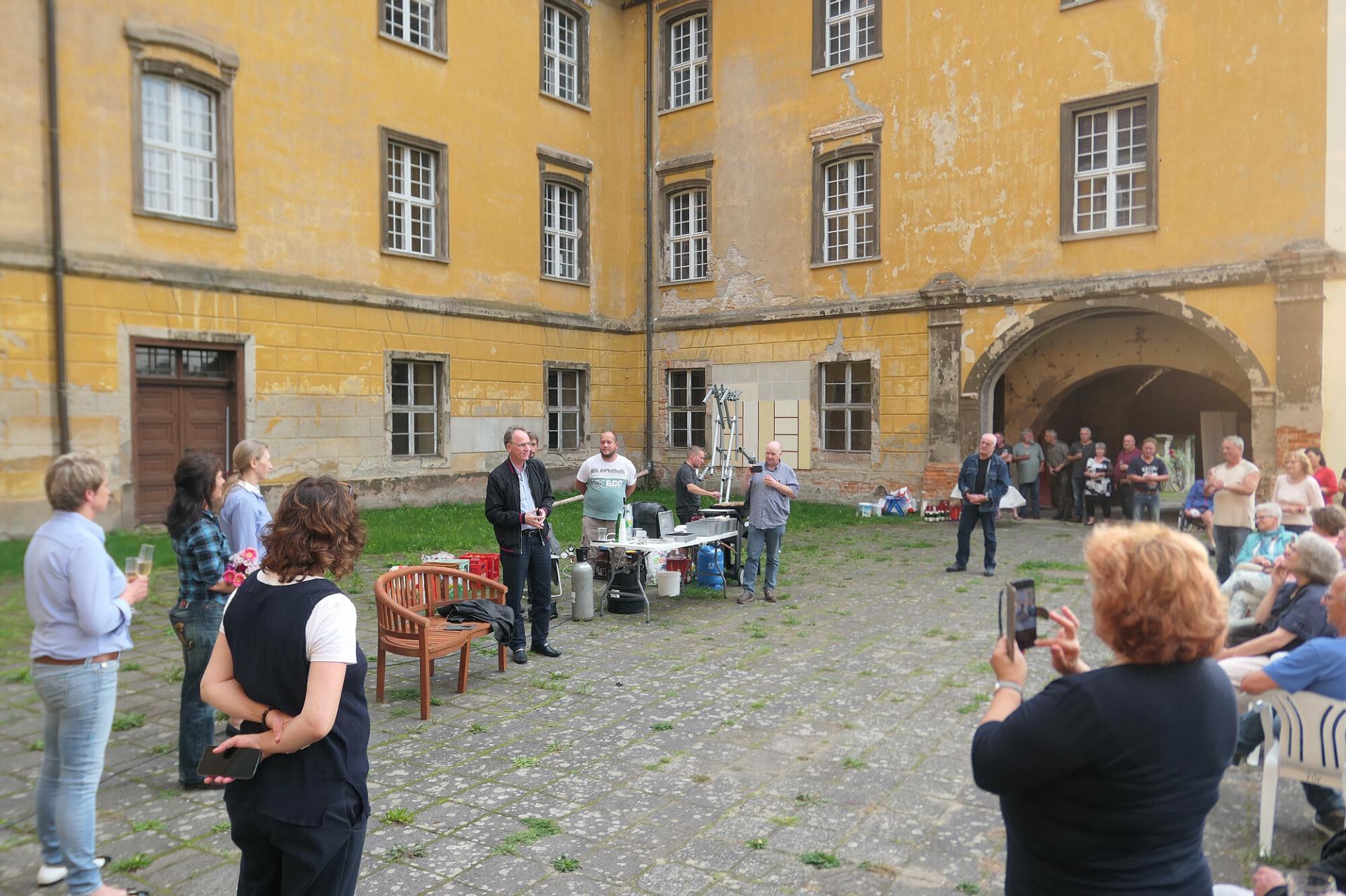 Am Freitagabend wurde der Käufer im Schlosshof von der Bürgermeisterin und interessierten Lieberosern begrüßt. Foto: Ingrid Hoberg