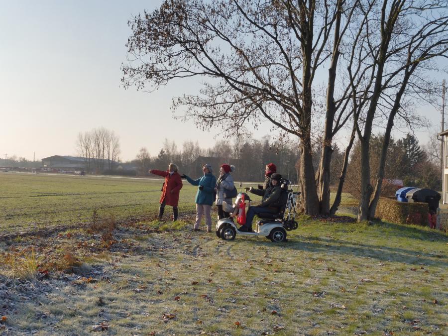 """Mitglieder des Seniorenbeirats blicken auf den potentiellen Standort des neuen Pflegeheims hinter der Wohnanlage """"Brücker Herz"""""""