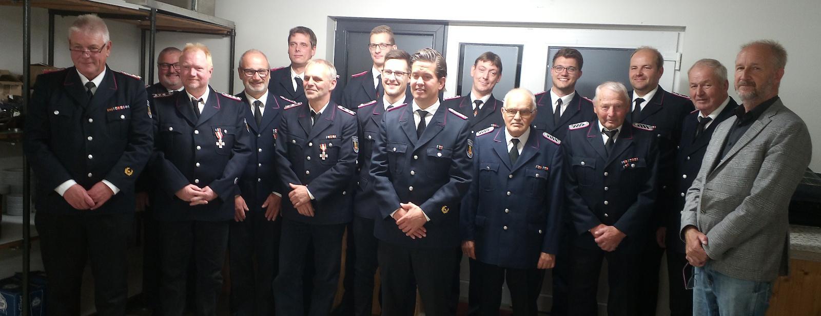 Geehrte und Beförderte Feuerwehrkameraden mit dem Gemeindewehrführer Langenhorn