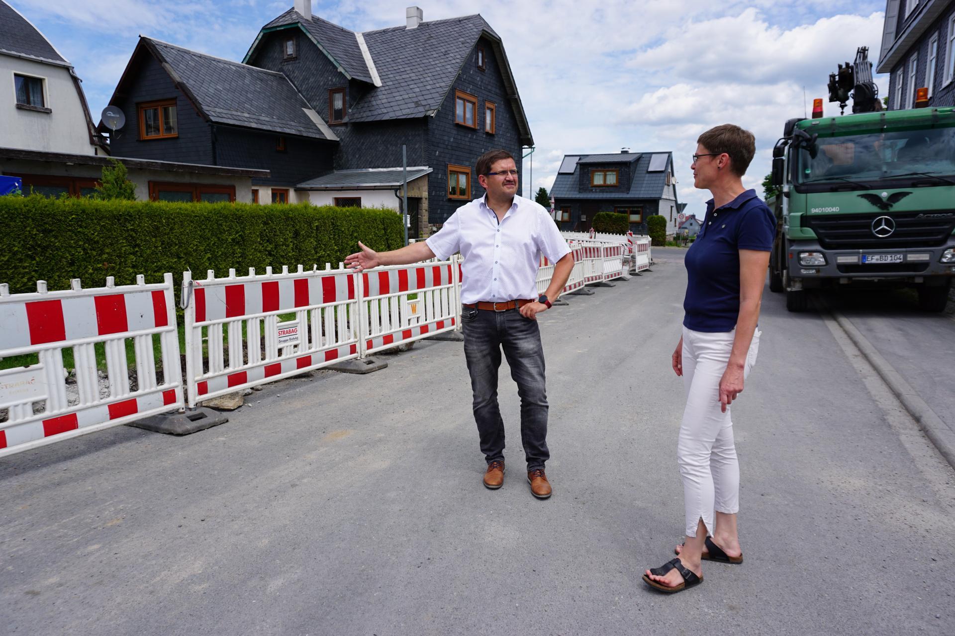 Bürgermeister Uwe Scheler und Sigrun Palinske vom Büro IPU aus Erfurt beim Vor-Ort-Termin am 15.06.2021