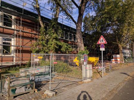 Eingerüstetete Schule Oktober 2019