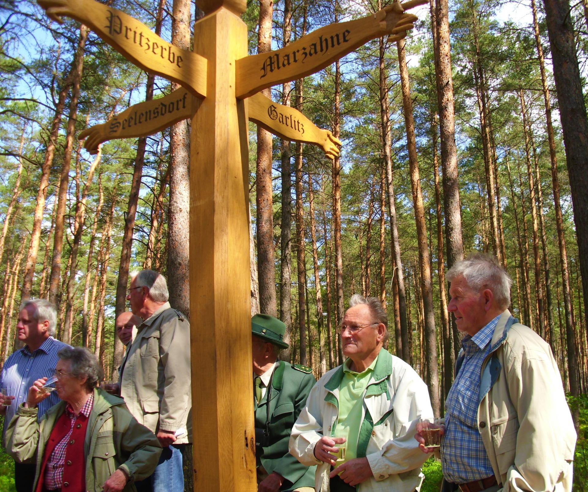 Aufstellung eines Wegweisers im Pritzerber Wald, 2011