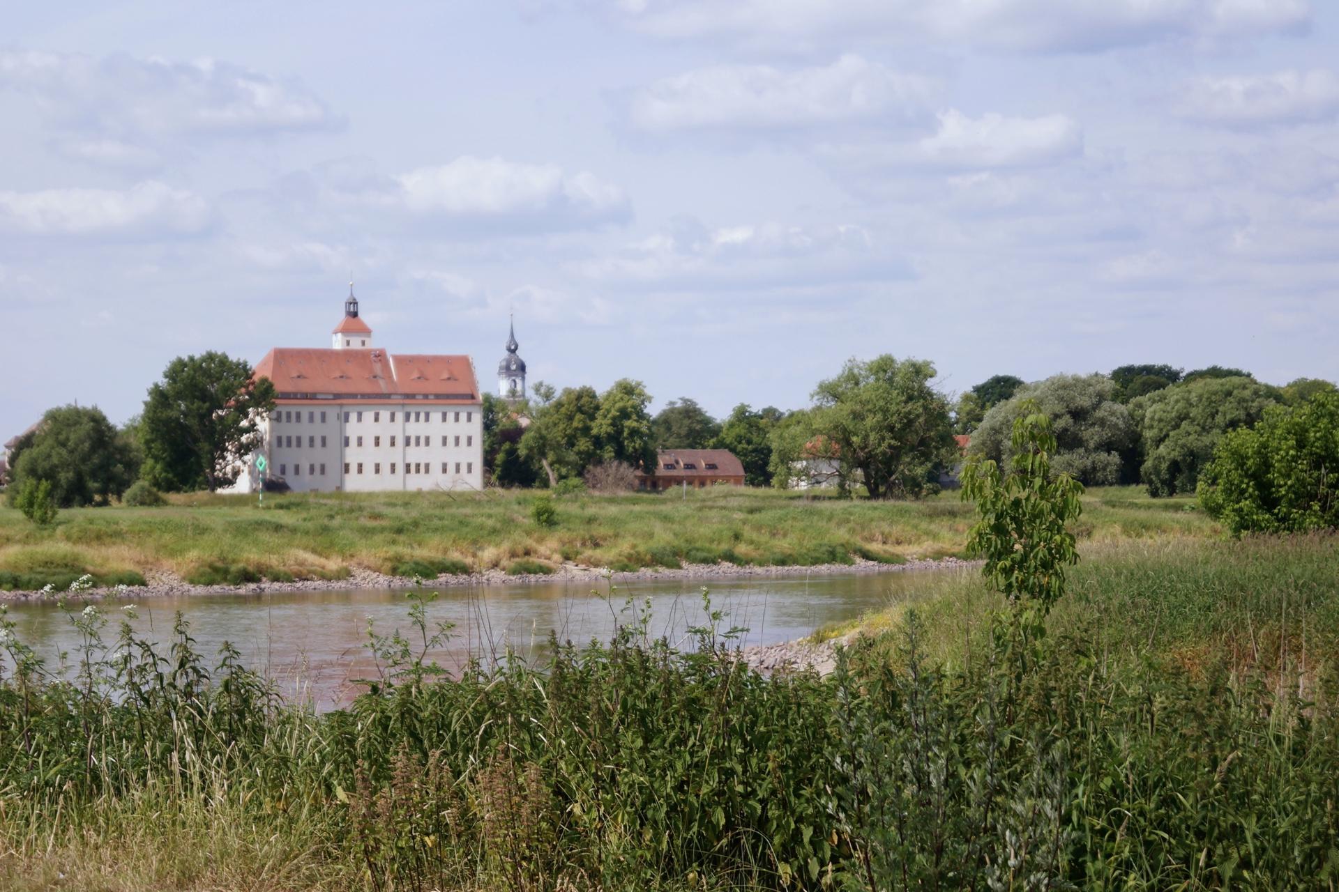 Schloss Pretzsch mit Elbe (Foto Salus)