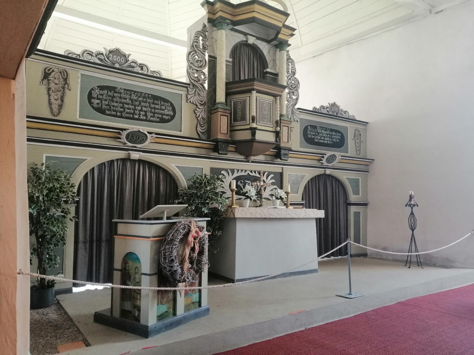 Blick auf Altar der Friedhofskirche