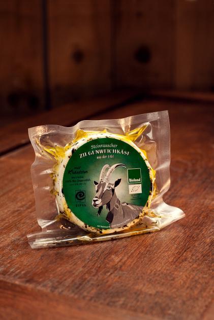Käse mit Kräutern und Öl