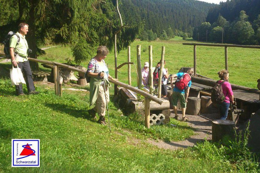 Wandergruppe am Panoramaweg Schwarzatal im Hirschgrund Böhlen