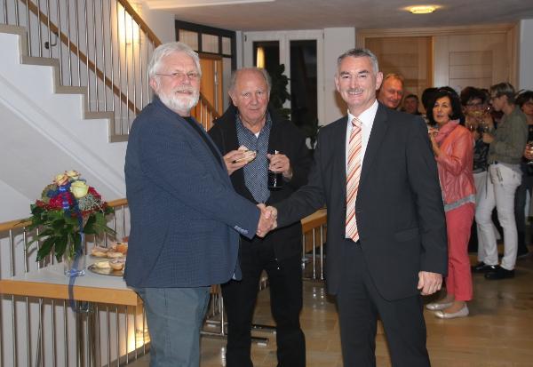 Gemeindewahlleiter Wolfgang Huber gratuliert Karl Malz.