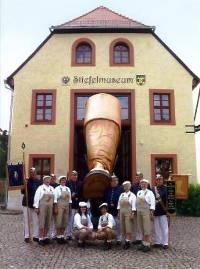 Stiefelmuseum mit Stiefelwacht1 200x269