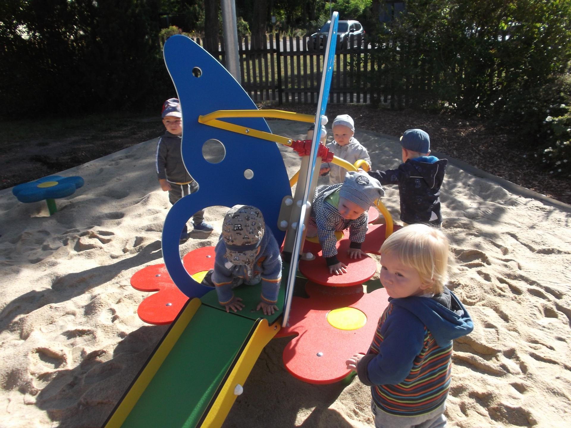 Die Kinder der Kita Glassternchen erobern den neuen Spielplatz