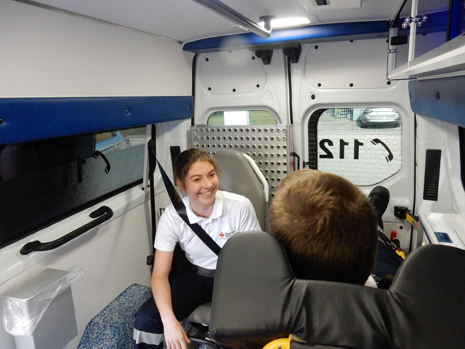 Auch die Patientenbetreuung gehört zum den Aufgaben eines Rettungshelfers im Krankentransport. Foto: Kurt Meier