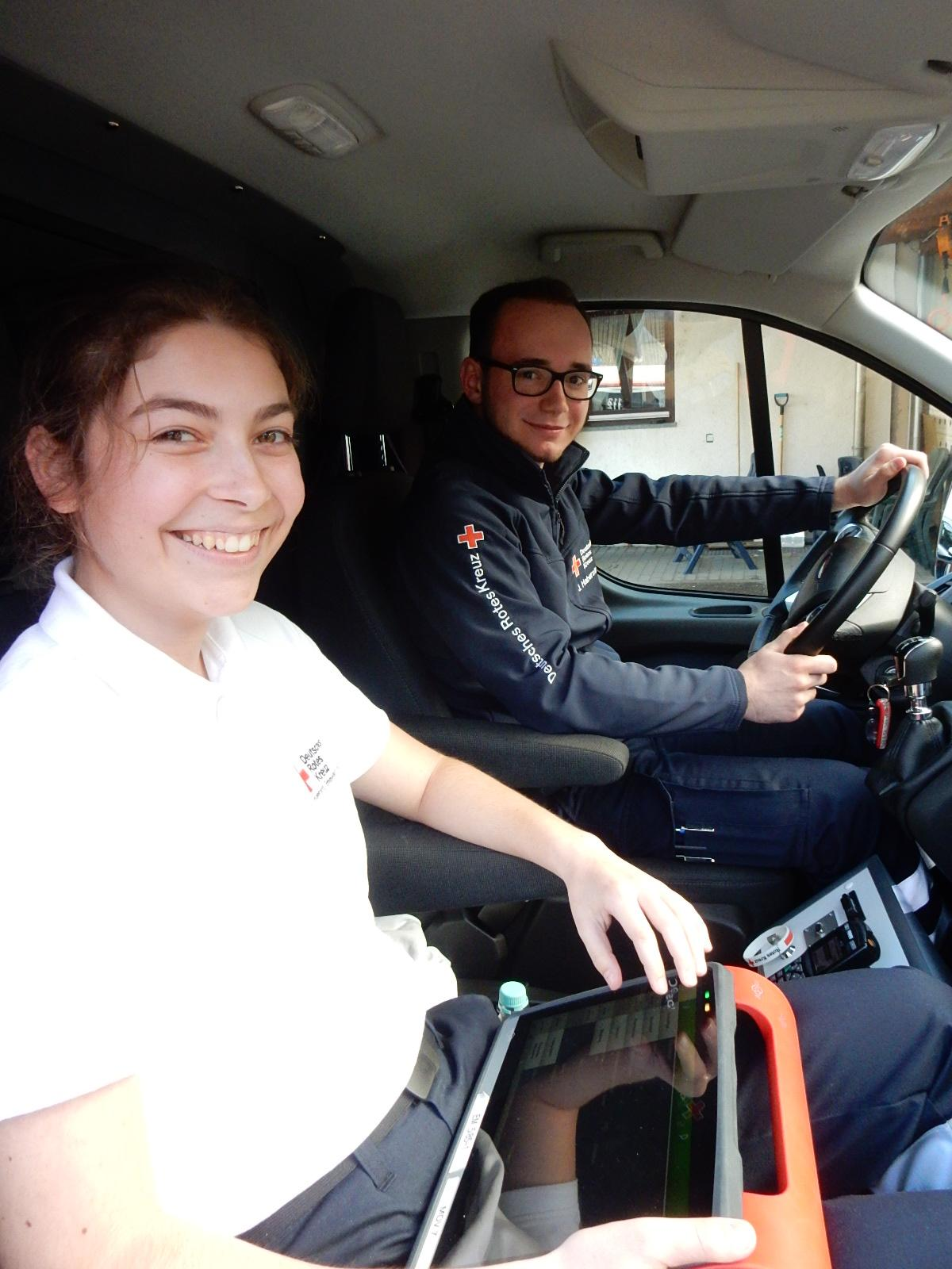 Während Rettungssanitäter Jonas Haberstroh zum nächsten Auftrag fährt, gibt Chiara Dilberger die Einsatzdaten in den Computer ein. Foto: Kurt Meier