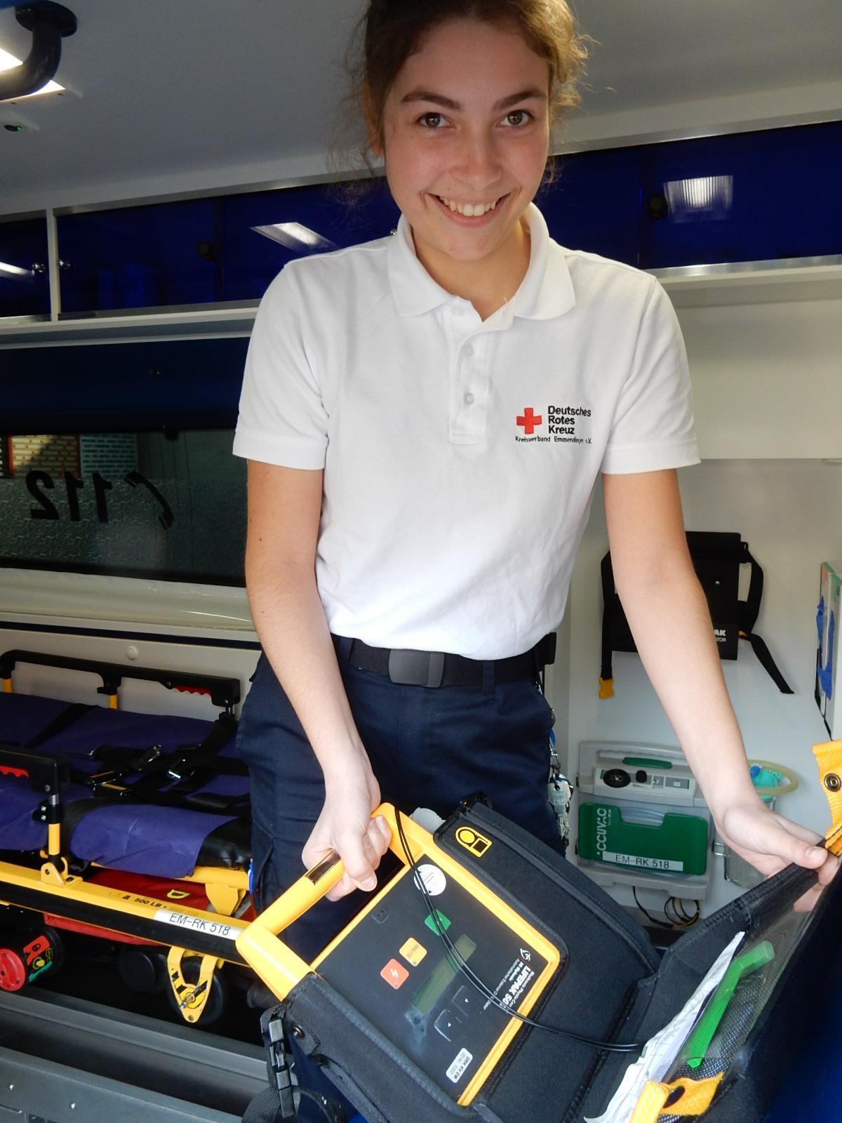 Gehört auch zu den Aufgaben: Die Funktionsprüfung des voll automatischen Defibrillators. Foto: Kurt Meier