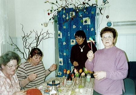 Basisgruppe beim Osterbasteln