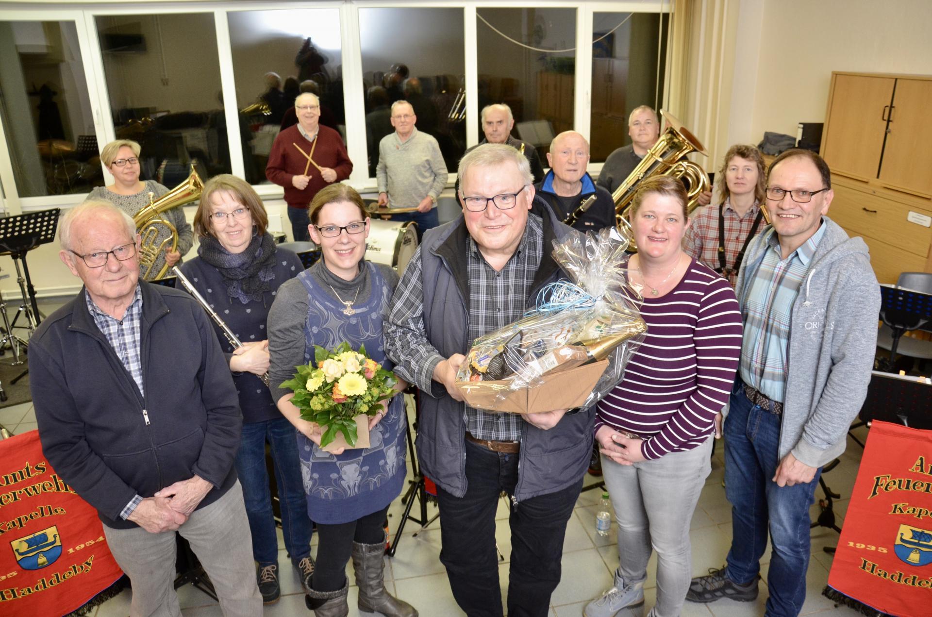 Foto Weiss: Dirigent Jürgen Rickert,  Liselotte Brix, Annalena Gericke, Miriam Tams und Jörg Brumm bilden den Vorstand der Amtsfeuerwehrkapelle.