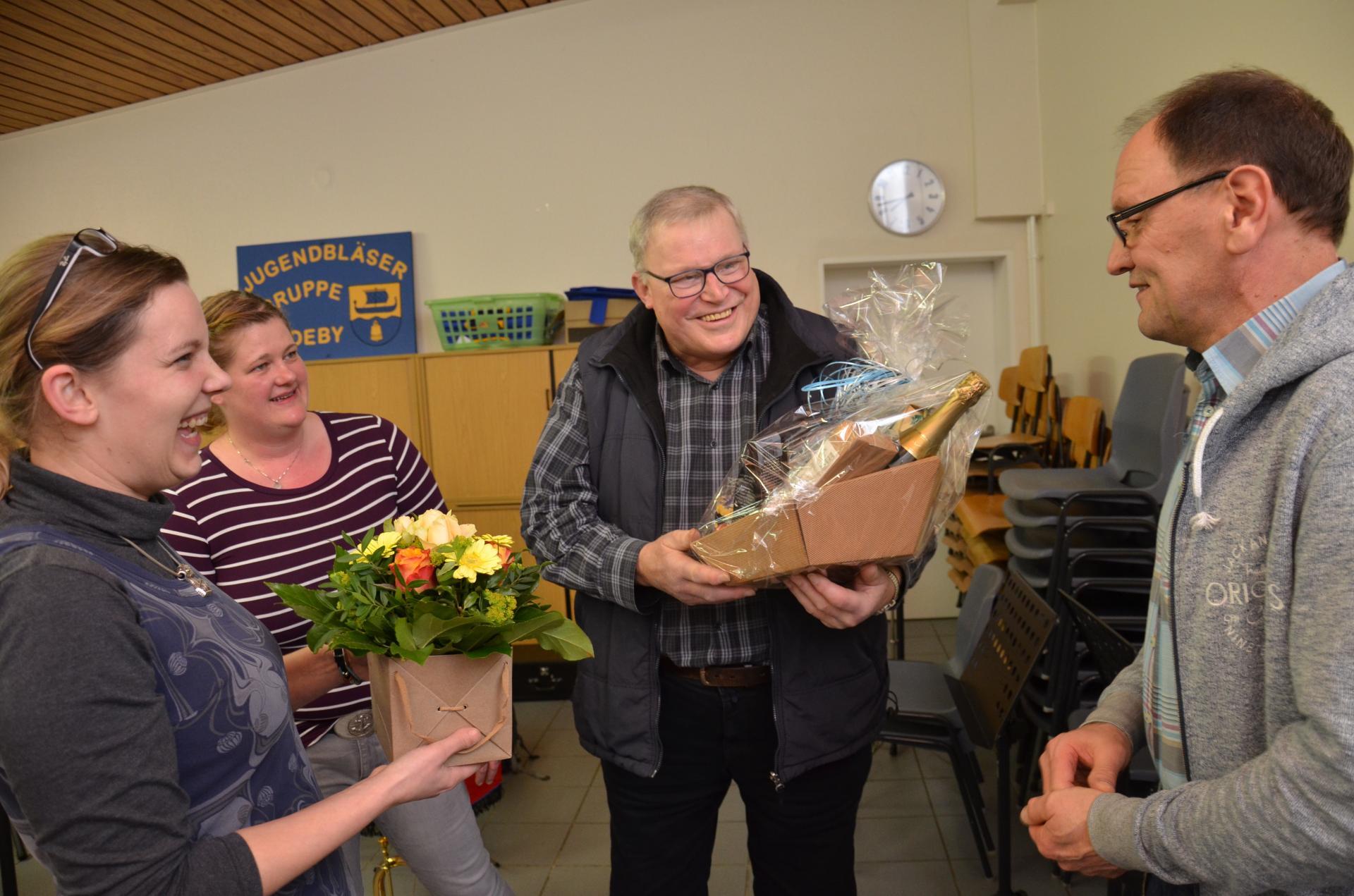 Foto Weiss: Klaus Dietrich (Mitte) freute sich über das Lob und die Anerkennung der Musiker der Amtsfeuerwehrkapelle, deren Vorsitz er nun an Nachfolger Jörg Brumm (r.) überreichte.