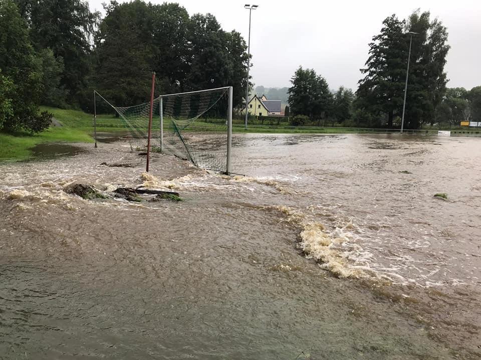 Überfluteter Hartplatz