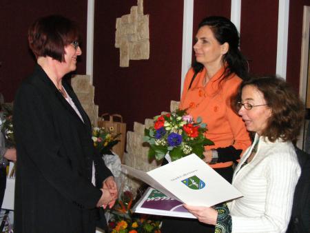 1 Beigeordnete Ines Jesse und Manuela Dörnenburg mit Catrin Seeger.JPG