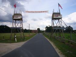 """Eingang zur """"Forrest Village Ranch"""""""