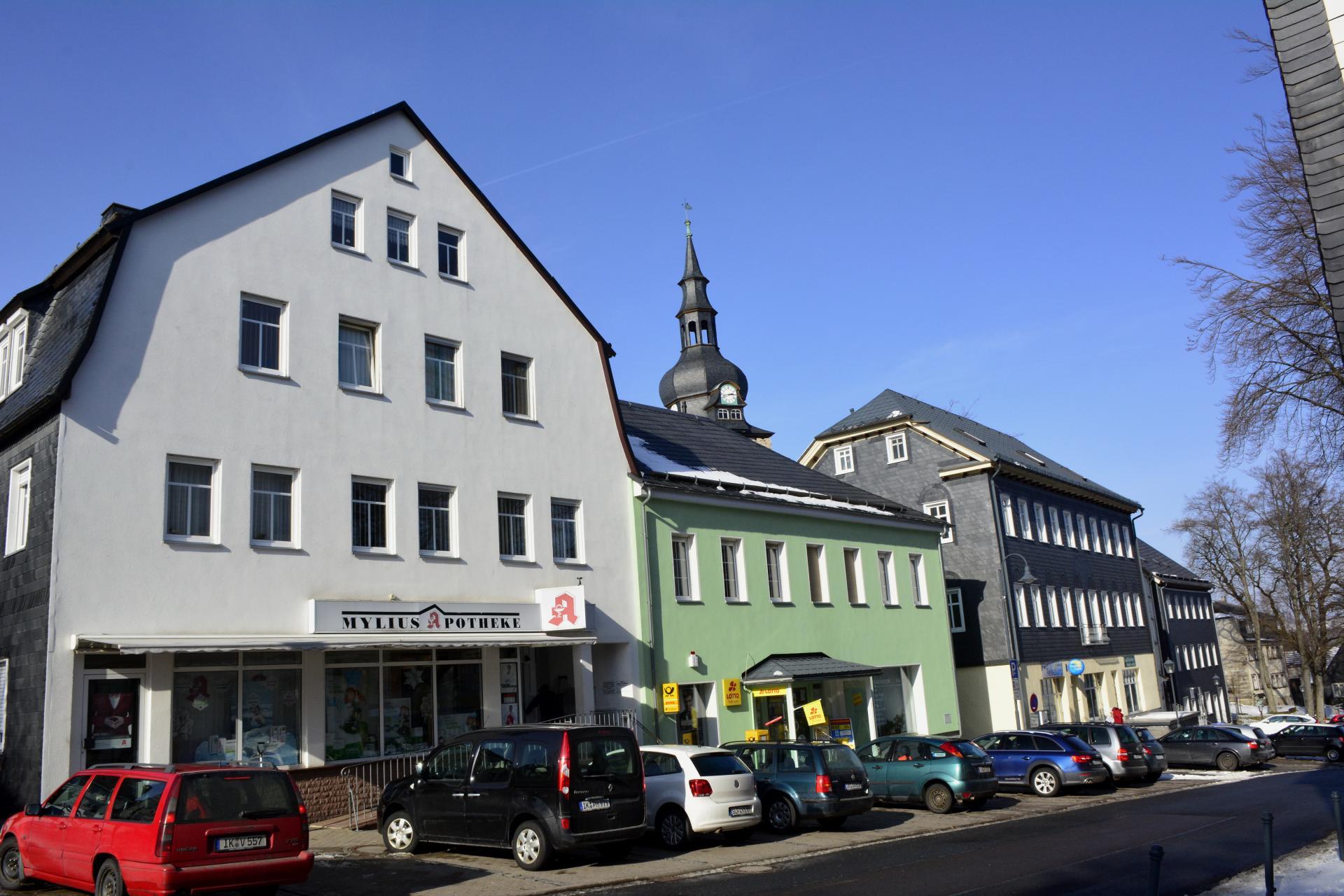 Altstadtbereich Großbreitenbach mit Glockenturm und Geschäftsbereichen