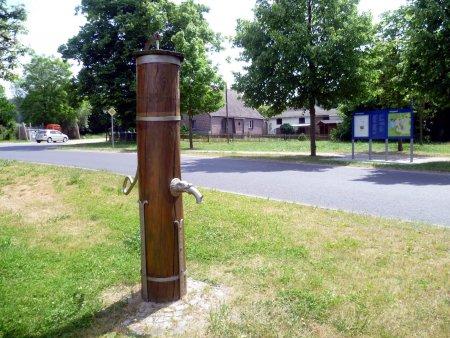 © Foto di N. Lamprecht - Pompa di legno sull´aia del paese, comune associato Klein Kienitz
