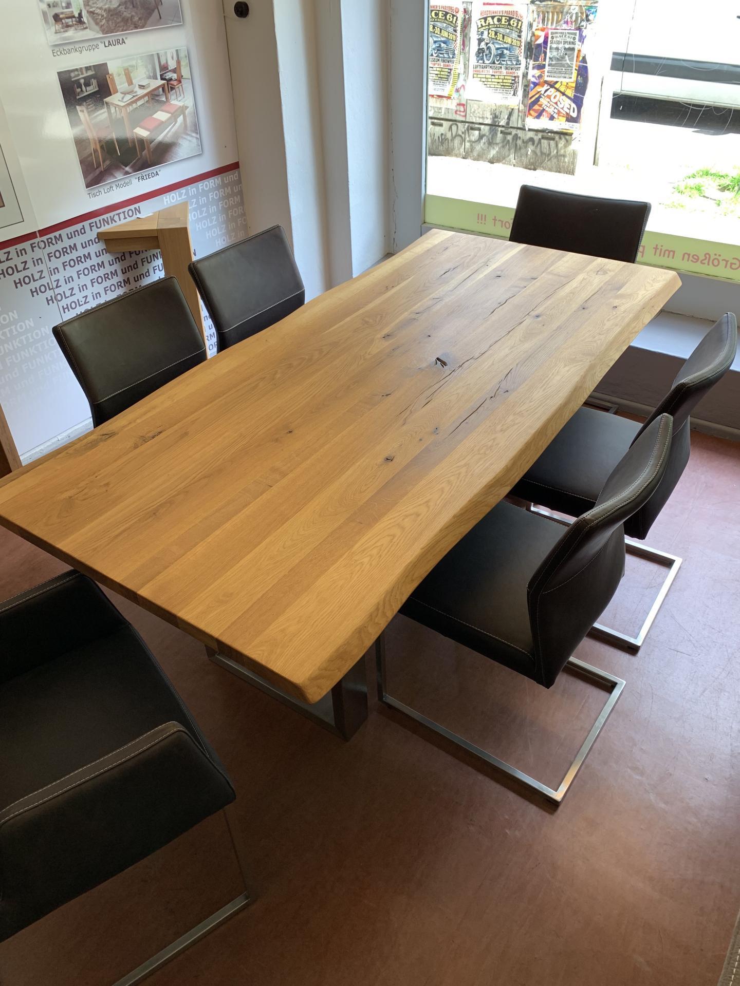 Baumkantentisch mit Stühlen
