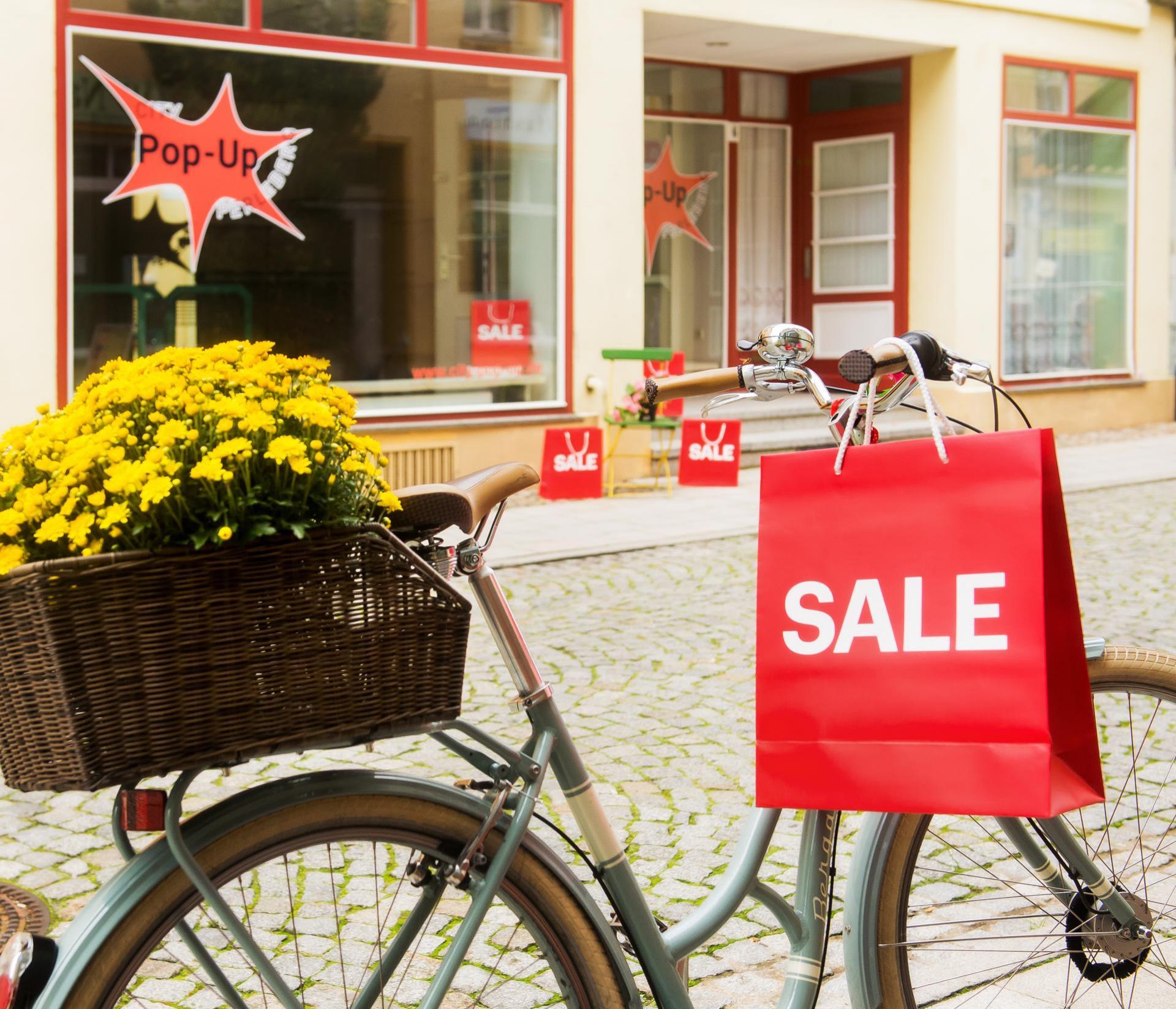 TGZ Prignitz | Fahrrad weist auf leerstehenden PopUp-Store in der Bäckerstraße