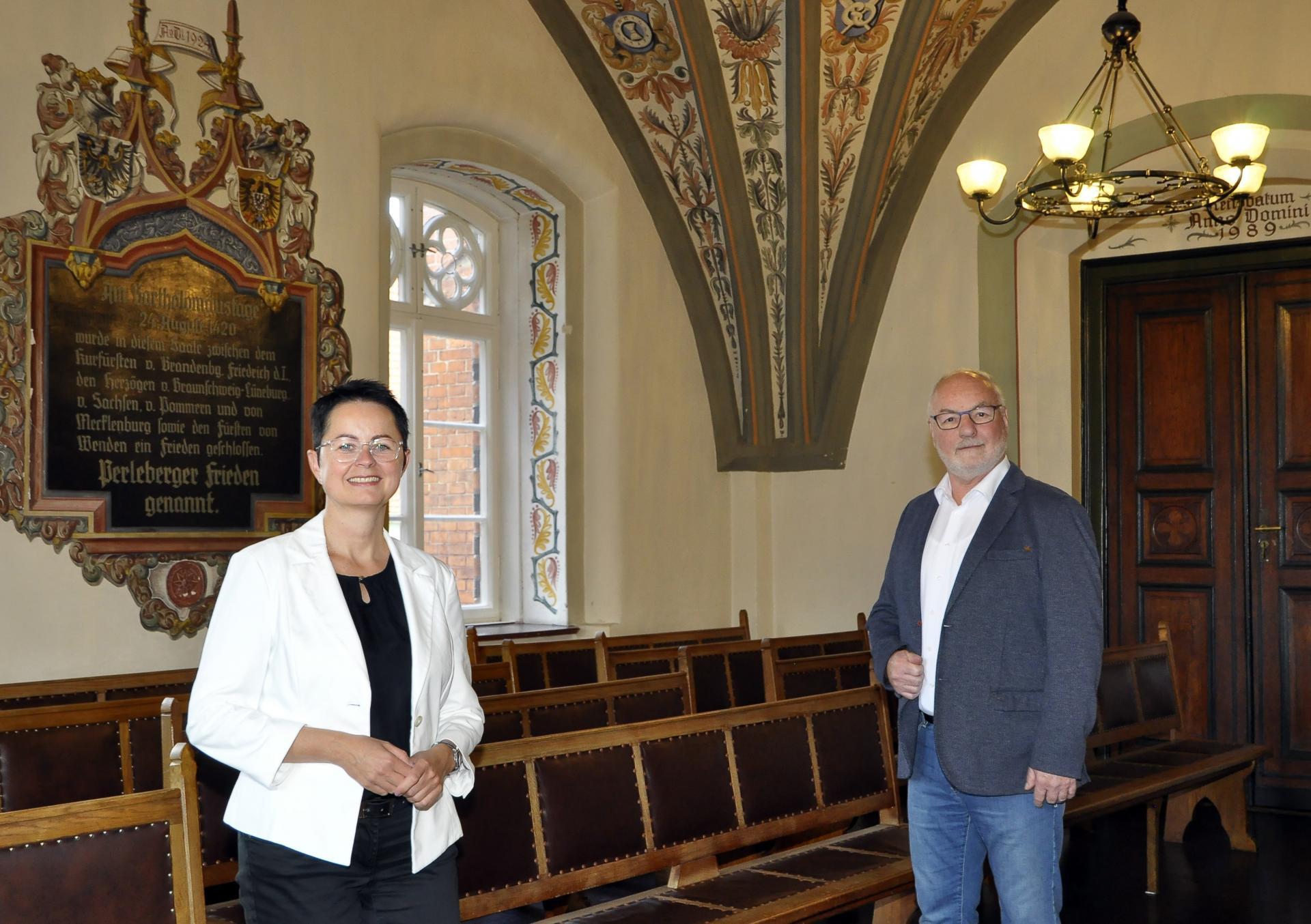 Foto: Fotograf Ellmenreich | Bürgermeisterin Annett Jura und Rainer Pickert, Vorsitzender der Stadtverordnetenversammlung Perleberg, im Großen Sitzungssaal des Rathauses.