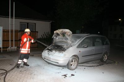 PKW-Brand auf der Tankstelle