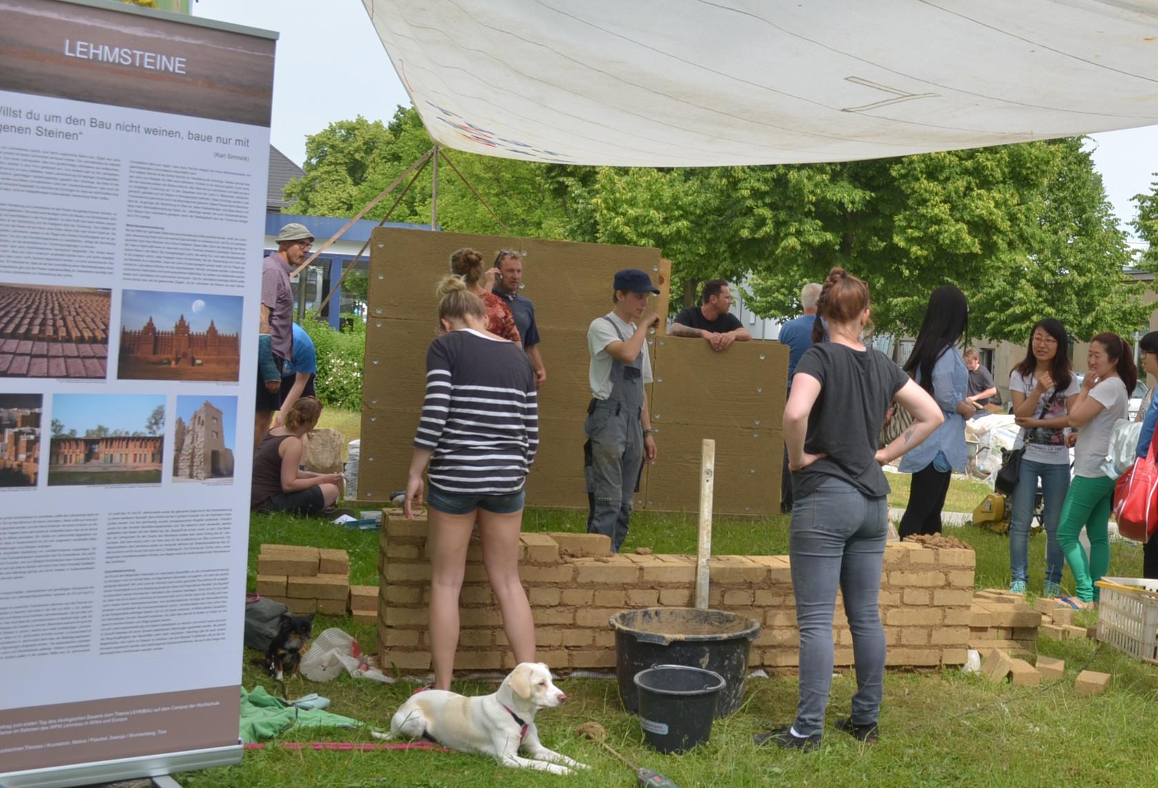 Demonstration verschiedener Lehmbautechniken und Mitmachbaustelle während des 2. Internationalen Lehmbautages auf dem Campus der Hochschule Wismar