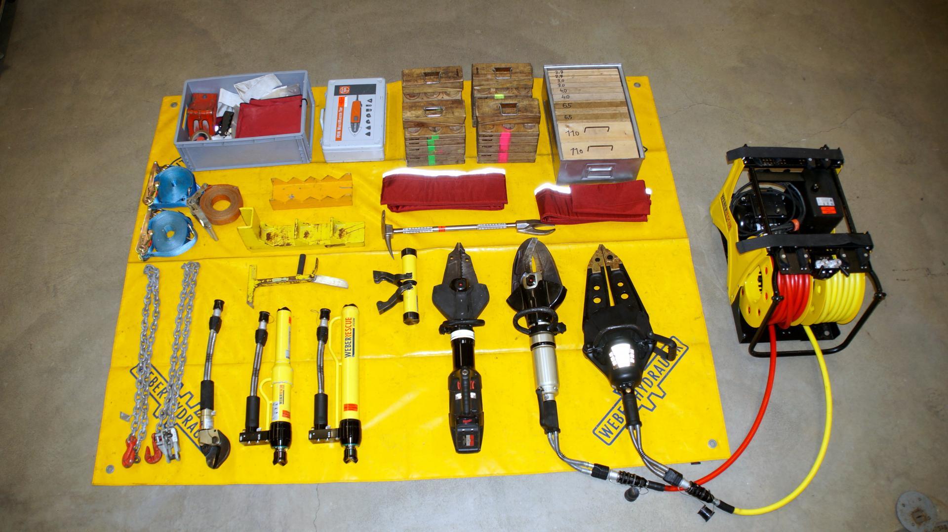Hydraulischer Rettungssatz und weitere Geräte zur Technischen Hilfeleistung auf der Bereitstellungsplane