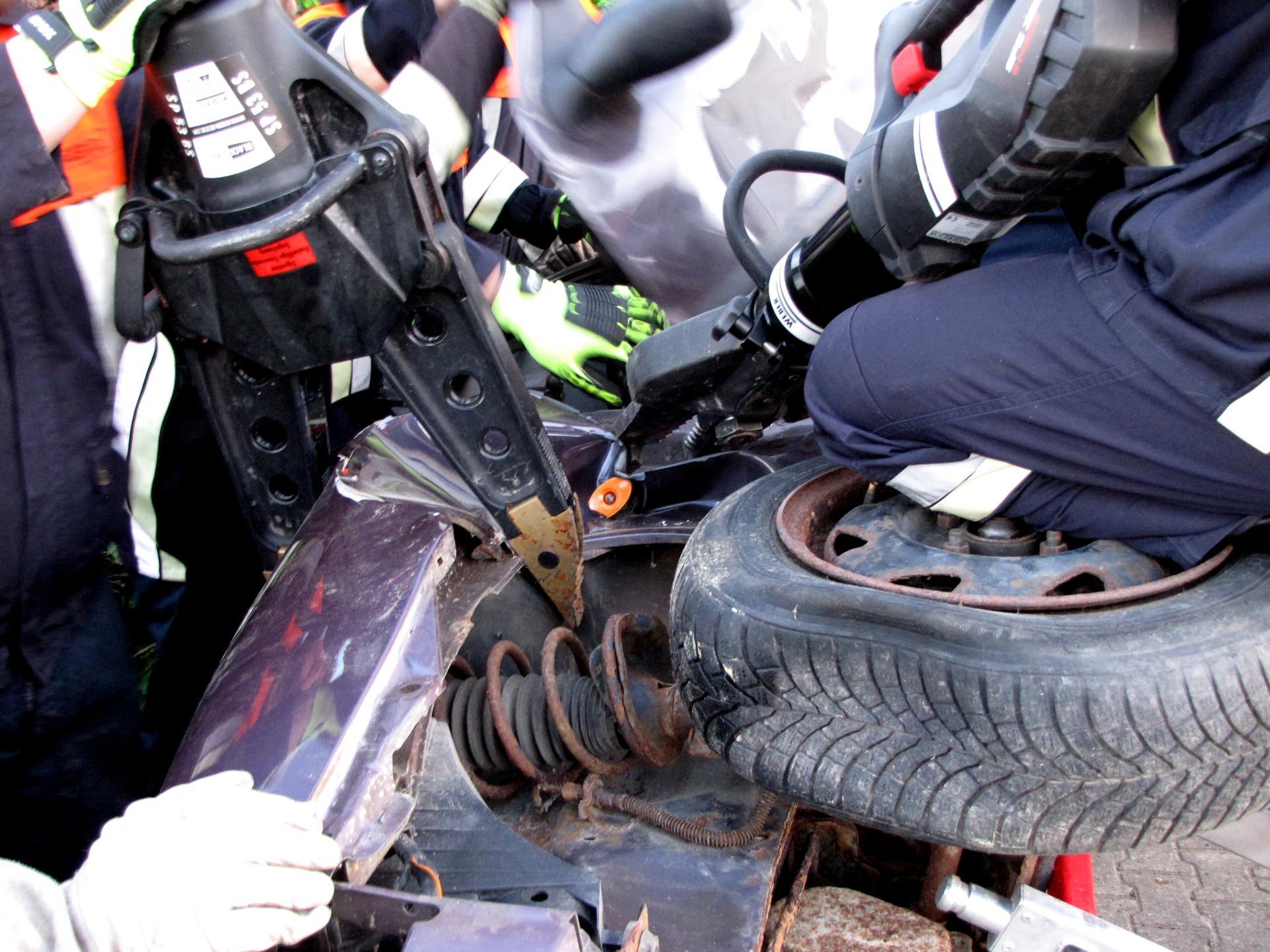 Hydraulischer Rettungsspreizer und akkubetriebenes Kombigerät in einer Übung 2018