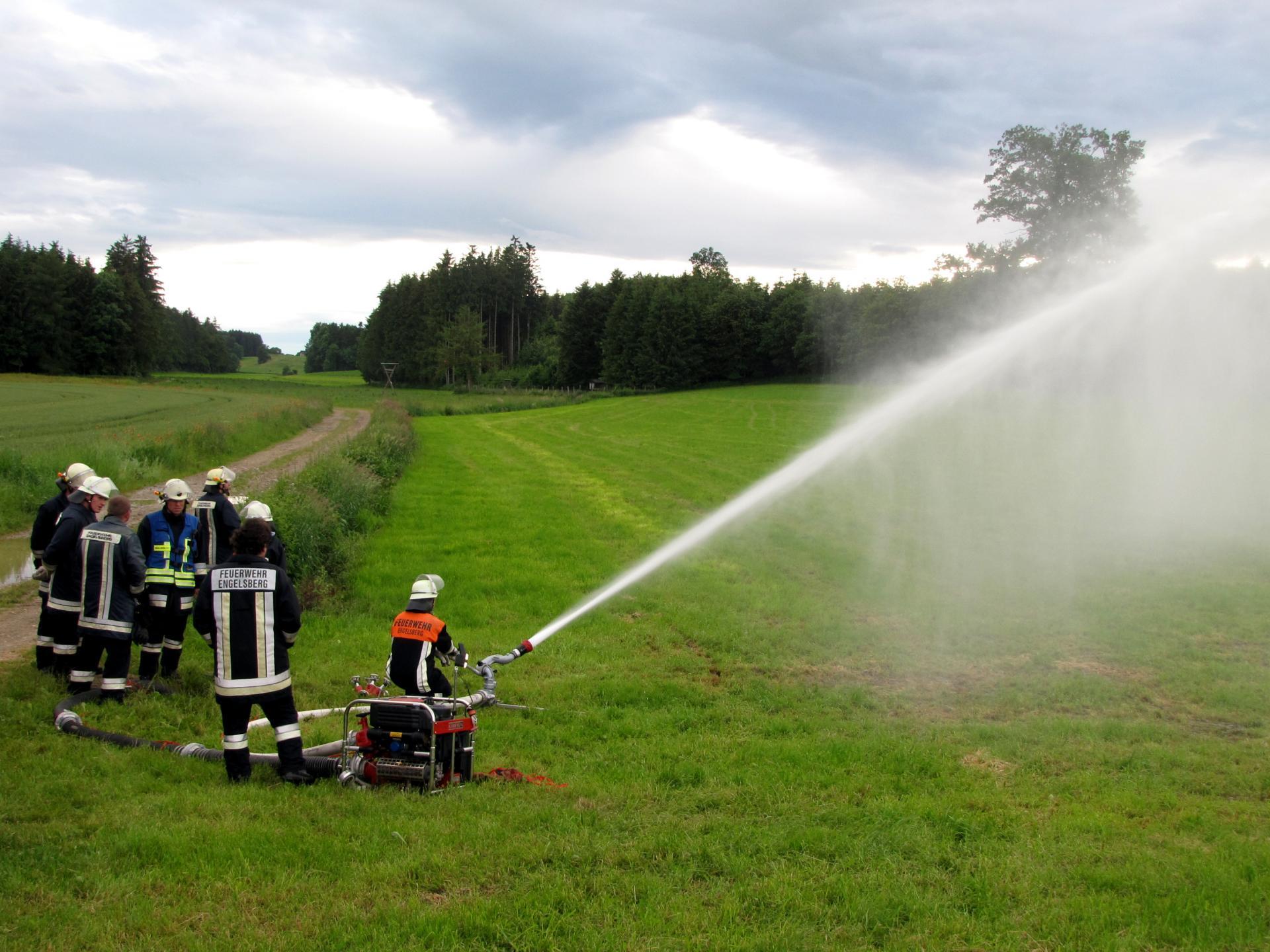 Tragkraftspritze PFPN10-1000 zum Betreiben des Wasserwerfers bei einer Übung 2016