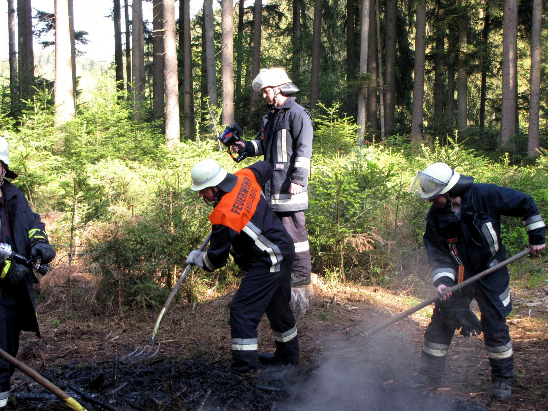 Wärmebildkamera zur Kontrolle von Glutnestern nach Löschen eines Waldbrandes 2018