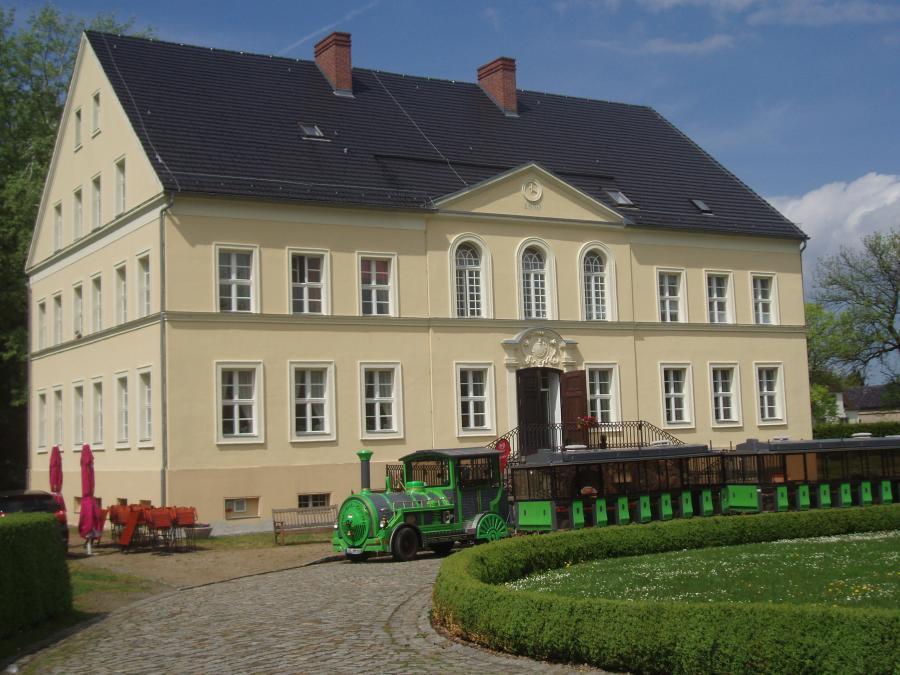 Schloss Bomsdorf mit dem Oder Neiße Express Foto: Besucherinformation Neuzelle