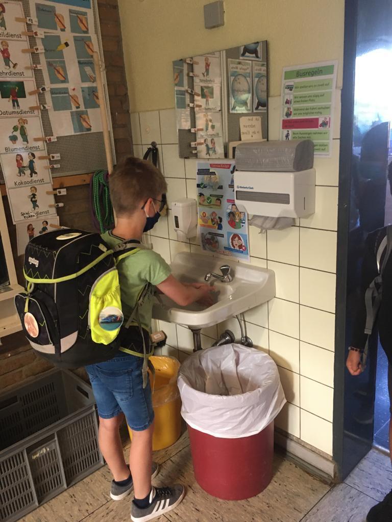 Händewaschen vor dem Unterricht