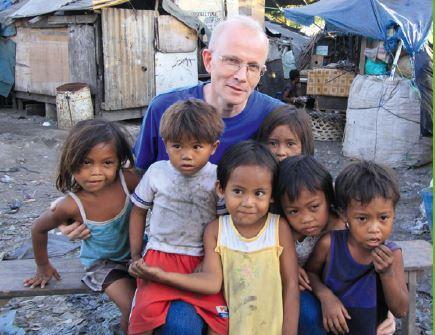 Pater Heinz und Kinder