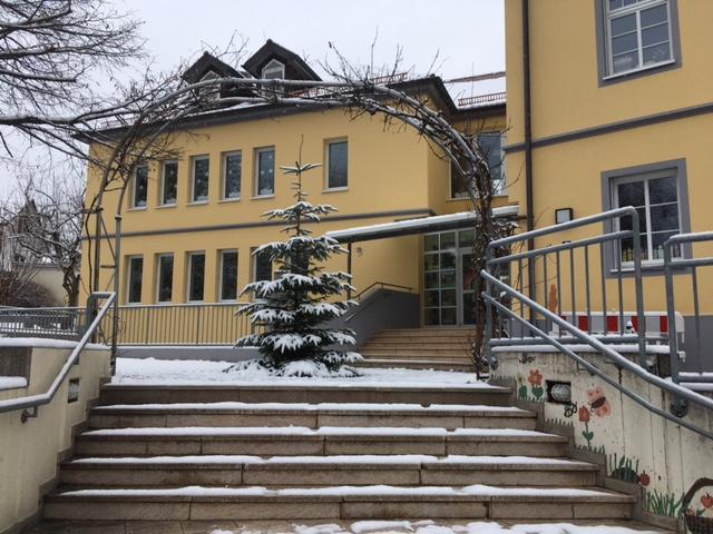 Schulhaus im Winter