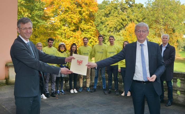 DSD-Vorstand Dr. Steffen Skudelny und Infrastrukturminister Guido Beermann übergeben den Bewilligungsbescheid für die Förderperiode 2021/2022 an die Jugendbauhütte Altdöbern. Foto: Uwe Hegewald