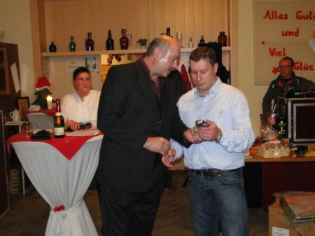 Norbert überreicht Carsten die Auszeichnung