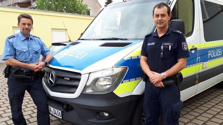 Revierpolizist Torsten Sehmisch, rechts im Bild (Foto: LR)