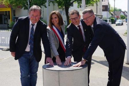 Enthüllung der Bronzetafel durch die Bürgermeister Johann Schuster Steffen Weigel, Sandra Billet, Steffen Weigel und Dr. János Tittmann