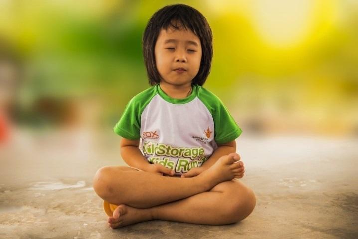 Kind beim Yoga