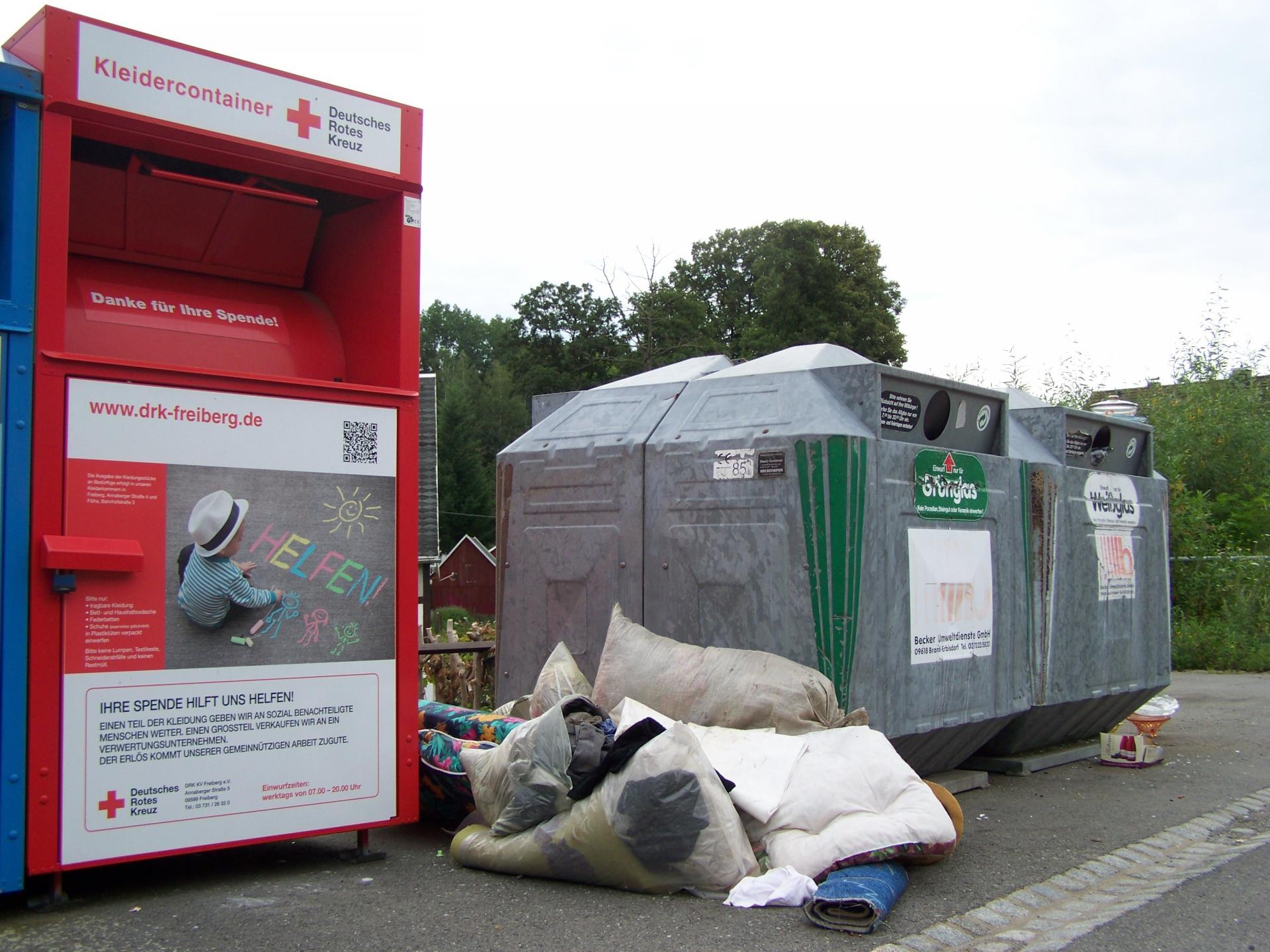 verbotene Müllablage an Glas- und Kleider-Containern