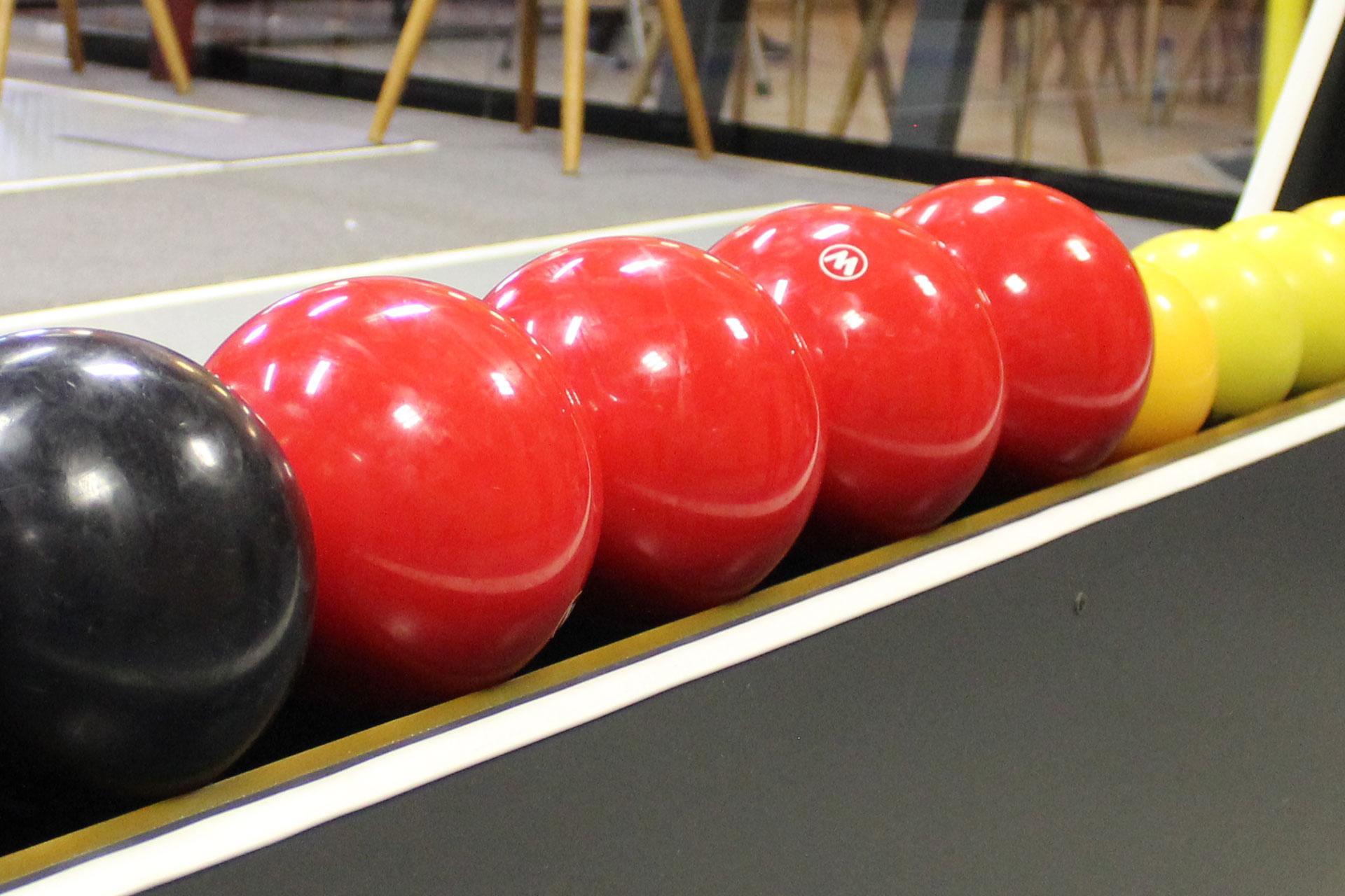 Kegelkugeln gibt es als Vollkugeln und Lochkugeln.